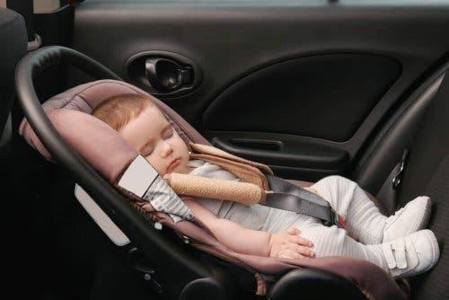 Снимка на бебе в кола в столче