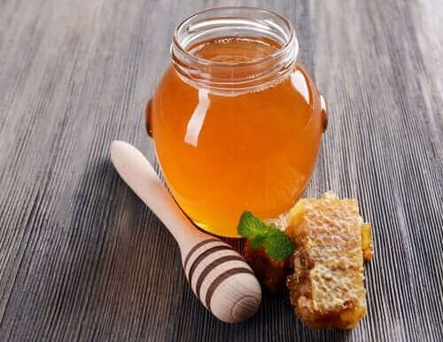 Бурканче мед на маса