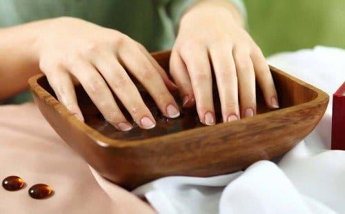 Чесънът е отлично средство в борбата с чупливите и тънки нокти.