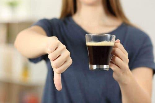 Кофеинът засилва симптомите на основния тремор.