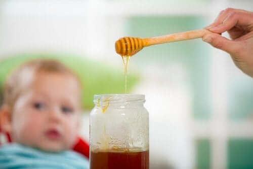 Медът и бебетата: една опасна комбинация