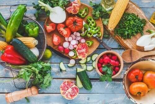 Яжте свежи плодове и зеленчуци през лятото, за да бъдете във форма.