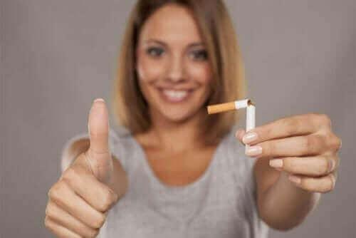 Никотиновата дъвка: жена, държи цигара, скъсана на две