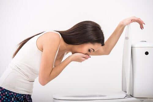 Жена със симптоми на повръщане