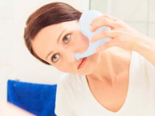 Промивка на носа при бебетата: жена си промива носа