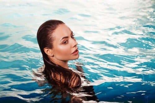 Снимка на жена в басейн