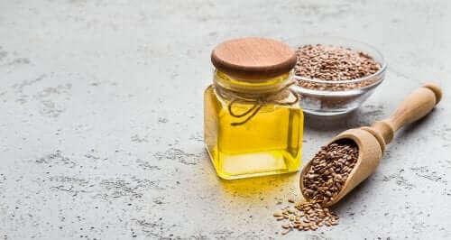 Свързаните линоленови киселини: бурканче с олио и кафени зърна около бурканчето