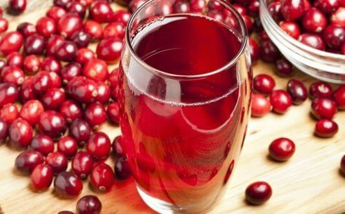 Червени боровинки на маса и сок от боровинки