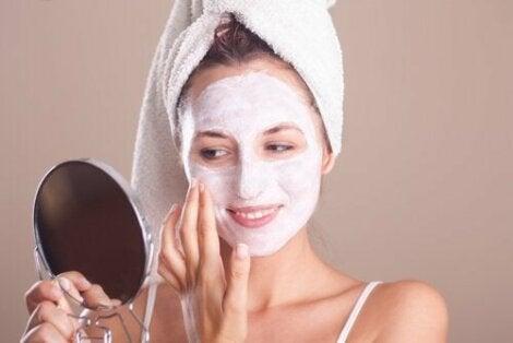 Жена с маска на лицето