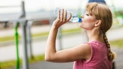 Жена пие вода от шише