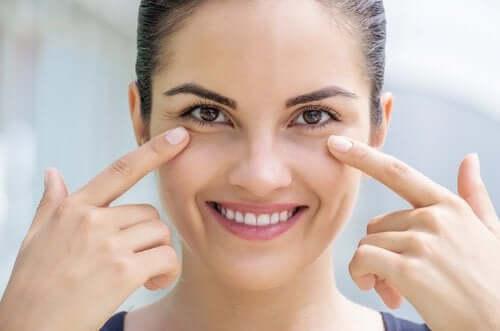 За възстановяване на колагена: лице на усмихната млада жена