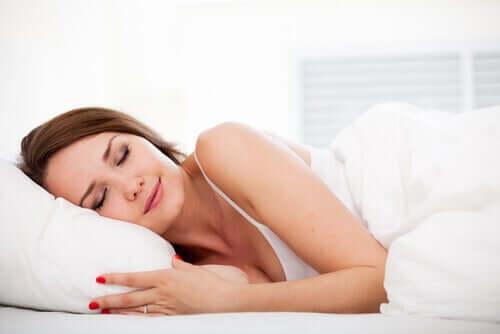 Млада жена спи