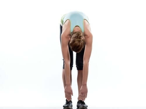 Разтягане на гърба: Една млада жена прави упражнения