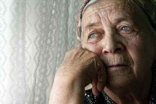 Самотата при по-възрастните хора: снимка на самотна жена