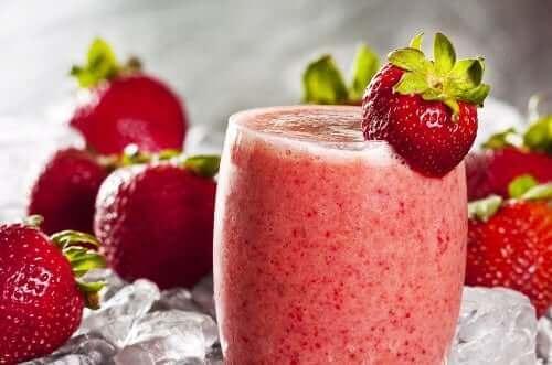 Овесената каша за закуска: смути с ягоди