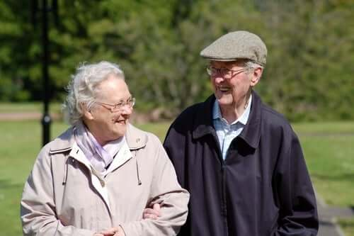 Усмихнати възрастни мъж и жена
