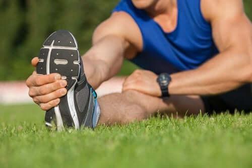 Мъж прави упражнения за разтягане на тазобедрената става