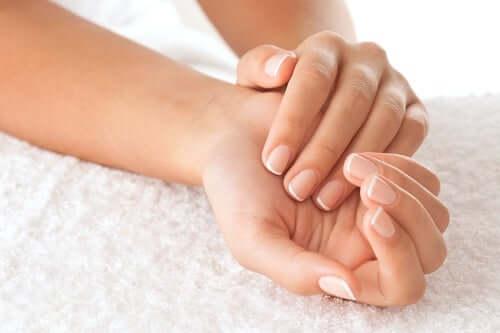 Снимка на женски ръце