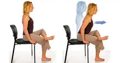 Млада жена прави упражнения на стол