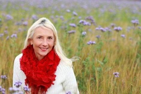 Кожата по време на менопаузата: усмихната жена в полето