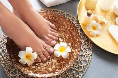 За омекотяване на краката: стъпала, накиснати във вана с масла