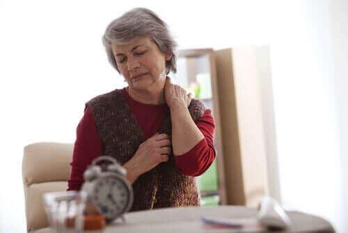 Възрастна жена с болка в шията