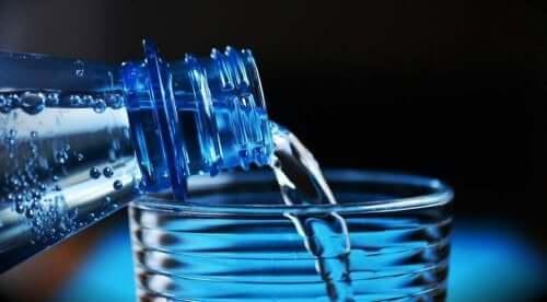 Пийте вода, за да се справите с горещината.