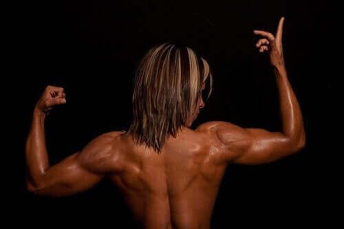 Жена с развити мускули на гърба