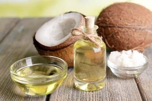 Кокосовото масло насърчава растежа на косата.