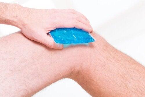 Ледът може да помогне при коляното на бегача.
