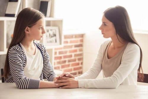 Поставянето на граници при децата: майка и дъщеря си говорят