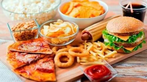 Маса с различни видове храна