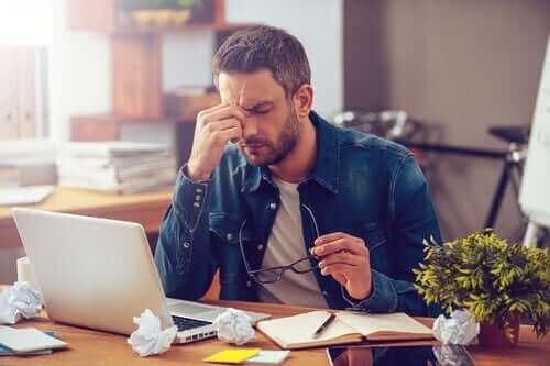 Следваканционната тъга: мъж на компютър