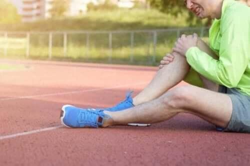 Дислокацията на коляното: човек с болка в коляното