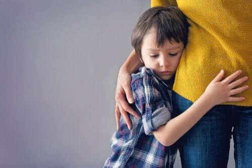 Едно момче прегърнало майка си