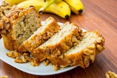 Вкусен бананов хляб: няколко парчета в чиния