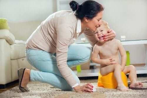 Майка и дете, което е на гърне