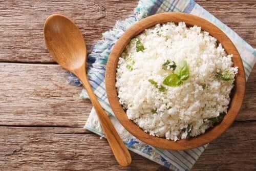 Макарони и ориз през нощта: ориз в чиния