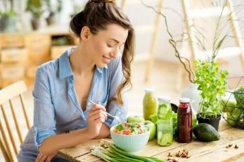 Жена яде здравословна храна