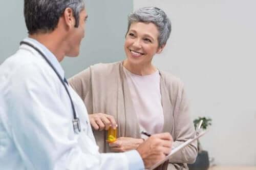 Жена разговаря с лекар