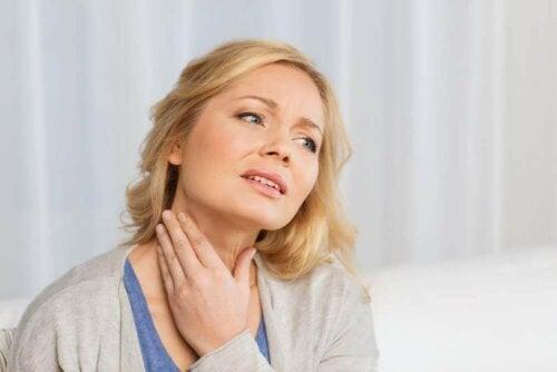 Жена с възпалена щитовидна жлеза