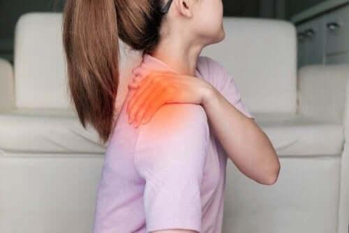 Жена, с болка в дясното рамо
