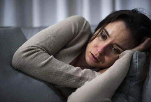 Депресирана жена, лежи в легло