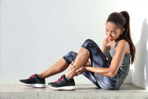 Забавената мускулна болезненост: млада жена с болка в крака