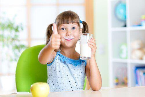 Момиче пие мляко
