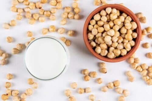 Можете лесно да си приготвите лешниковото мляко у дома.