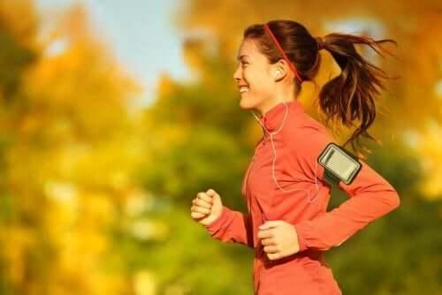 Усмихната млада жена спортува в парка