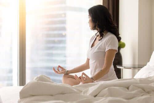 Създаването на навик: една жена медитира