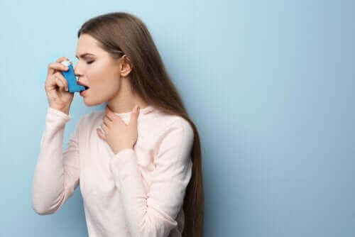 Жена с инхалатор