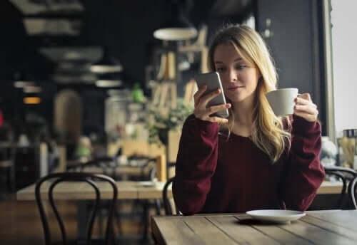 Жена с телефон